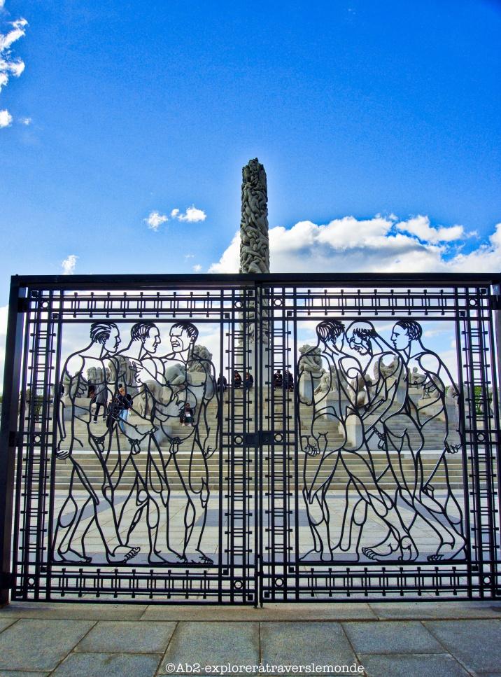 Parc Vig - statue et porte hommes