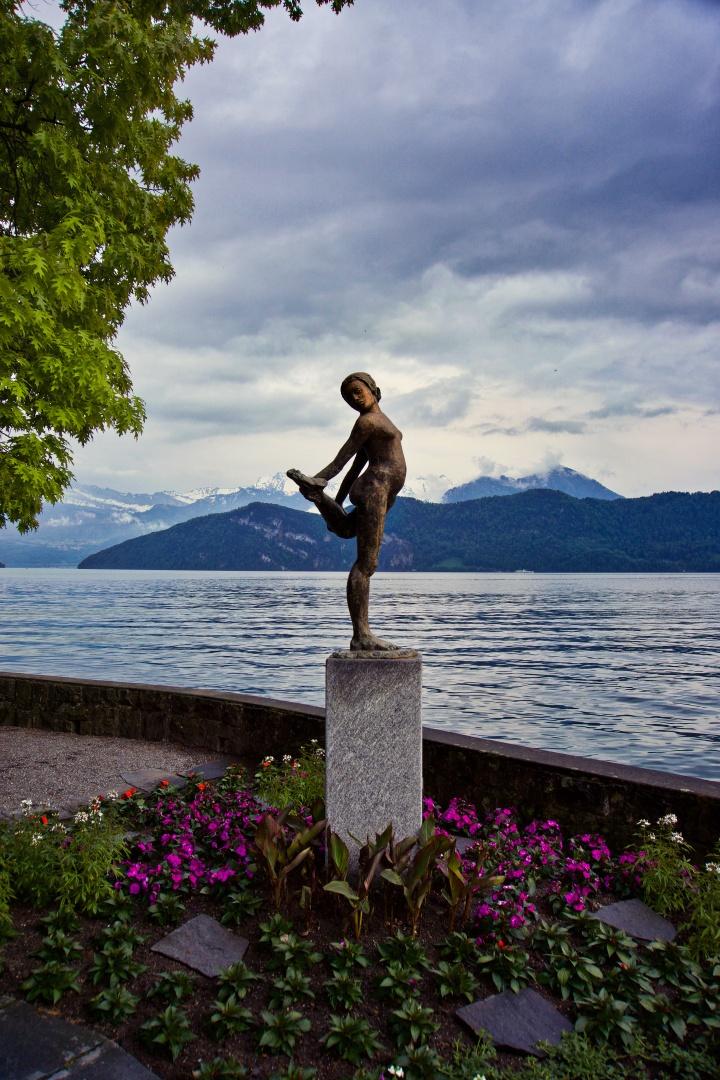 Statue près du lac