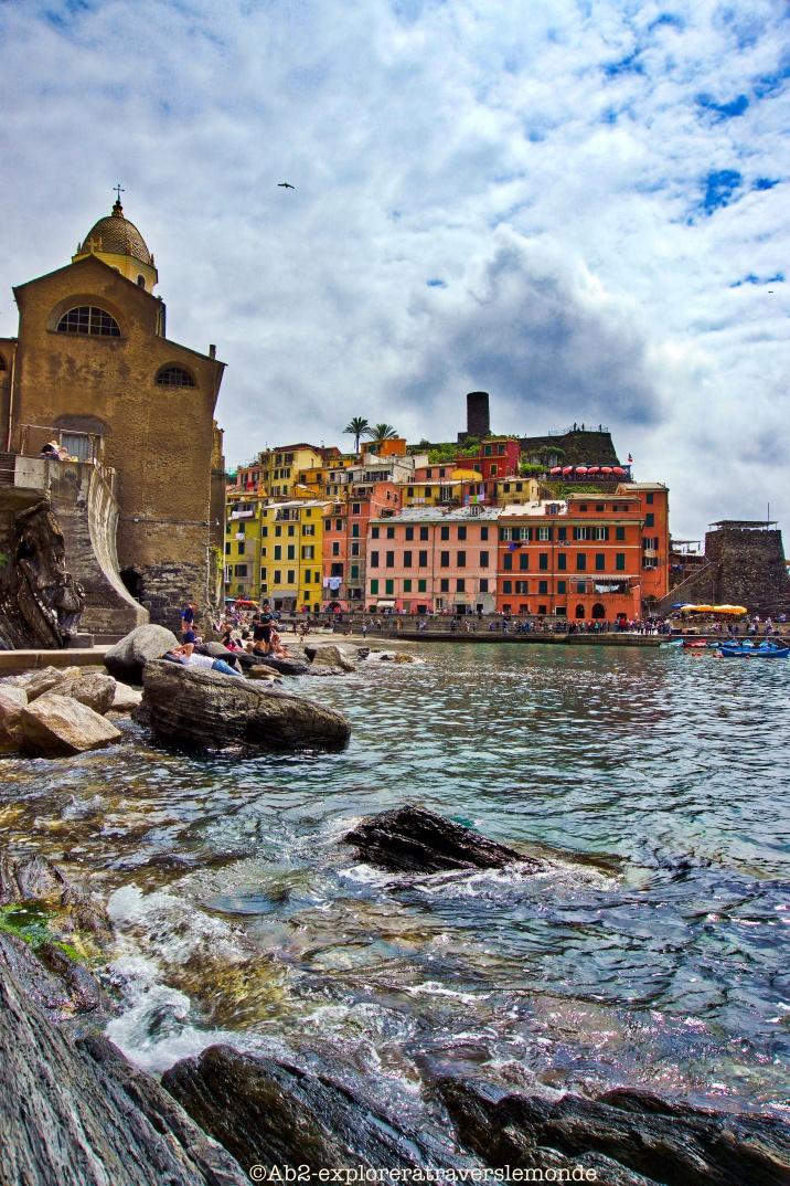 Vue du port et du rocher sur Vernazza