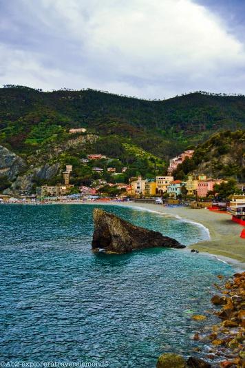 Vue sur le rocher et la ville de Monterosso